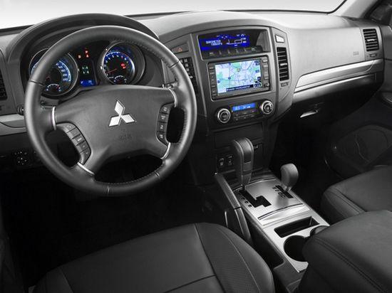 Mitsubishi Pajero 4 салон автомобиля