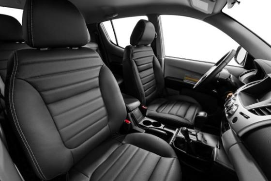 2014-Mitsubishi-L200-inside-610x406